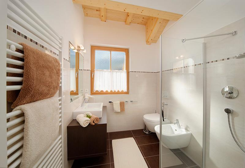 bathroom with shower − apartment St. Peter